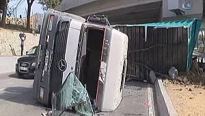 Vinç yüklü kamyon üst geçide çarptı: 1 yaralı