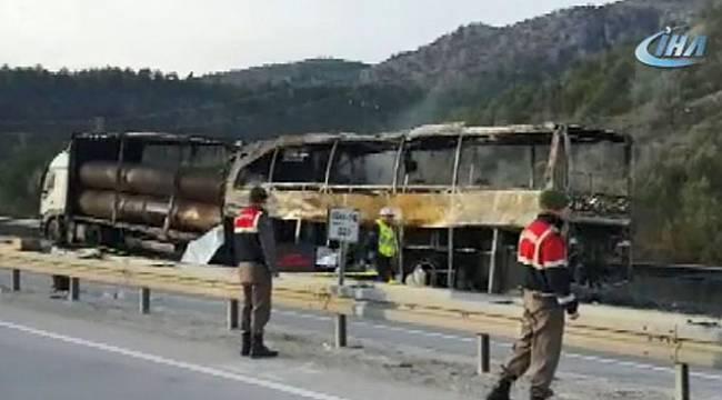 Yolcu otobüsü Tır'a çarptı: 6 ölü, çok sayıda yaralı var