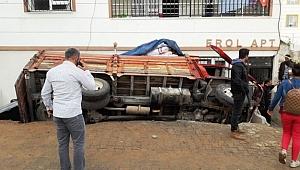 Öğrencileri kurtardı, kendisi kamyonun altında kaldı