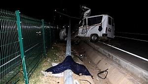 Elektrik direğine çarpan minibüs parçalandı: 2 ölü