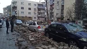 Şiddetli rüzgar nedeniyle araçların üzerine duvar devrildi
