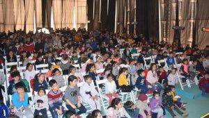 Aliağalı çocuklar tiyatro ile eğlendi