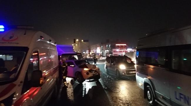 Ters yönden karşıya geçmeye çalışan araç, trafiği birbirine kattı