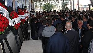 Oğlunun cenaze törenine kelepçeli olarak katıldı