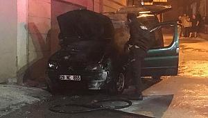 İzmir'de seyir halindeki araçta yangın