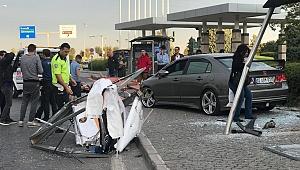 Kontrolden çıkan otomobil otobüs durağına çarptı