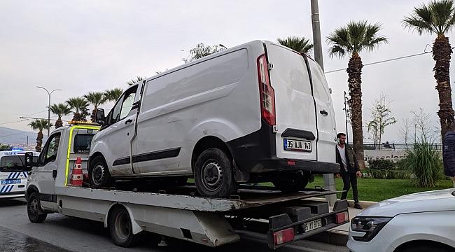Devrilen minibüsten şans eseri yaralanmadan çıktılar