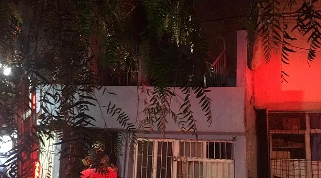 İzmir'de bir şahıs kendi evini ateşe verdi