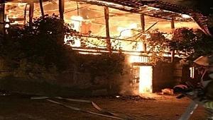 İzmir'de bir ev alev alev yandı