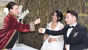 Corona nedeniyle nikah memuru ile tokalaşmadılar
