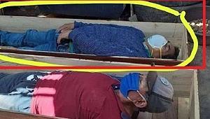 Belediye Başkanı alem yaparken basılınca tabuta girip ölü taklidi yaptı