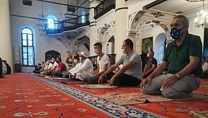 İzmir'de Kurban Bayramı namazı korona virüs tedbirleriyle kılındı