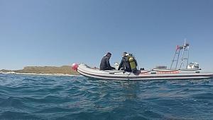İzmir İtfaiyesi'nin dalgıçları Foça'daki tekne faciasında kaybolan Sarp'ı arıyor