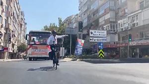 Üstü açık arabaya izin verilmemişti! Başkan Soyer'den bisikletli zafer turu