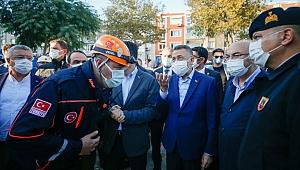 Cumhurbaşkanı Yardımcısı Oktay, İzmir'deki deprem bölgesinde incelemelerde bulundu