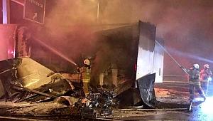 İzmir'de biber yüklü tırın dorsesi, alev alev yandı