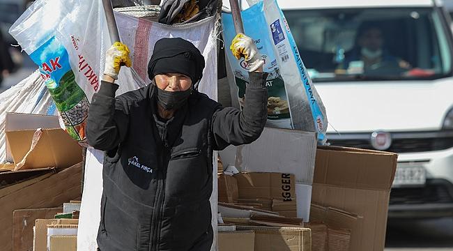 65 yaşındaki kadın çöpte umut arıyor