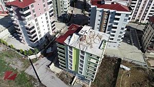Tahliye edilen binanın çatısı uçtu, mahalleli tedirgin