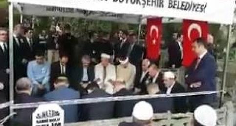 Erdoğan, şehit kaymakamın mezarında Kur'an ı Kerim okudu